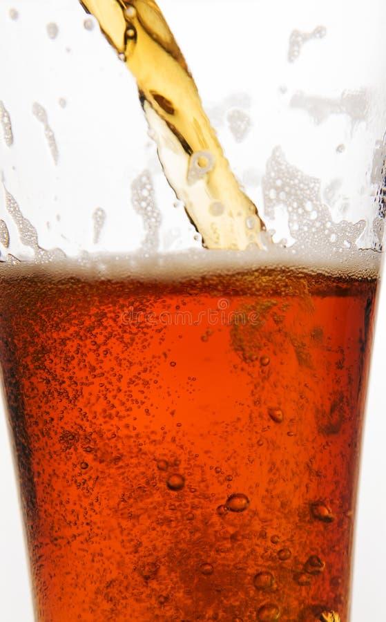 öl som hälls fotografering för bildbyråer