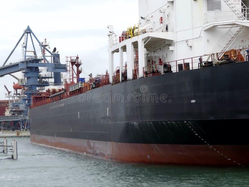 Öl-Tanker, der im Hafen manövriert lizenzfreie stockbilder