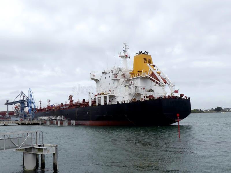Öl-Tanker im Hafen stockfoto