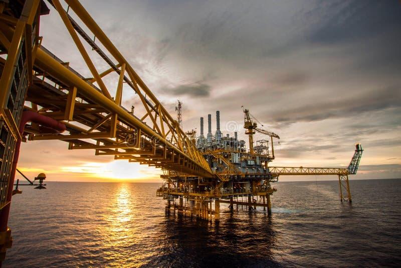 Öl und Anlagenplattform lizenzfreies stockfoto