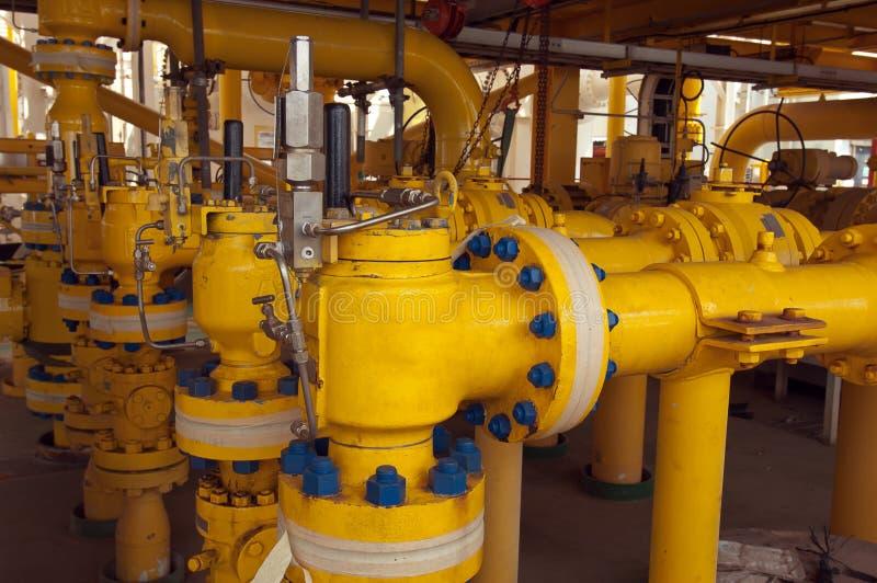 Öl- und Gasoffshoreindustrierohrarbeit und Sicherheitsventile lizenzfreies stockfoto