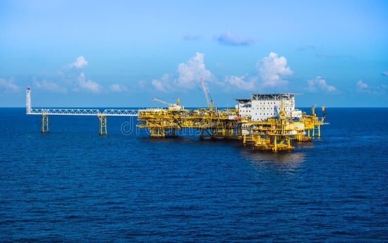 Öl- und Gasplattform an in Küstennähe lizenzfreie stockfotos
