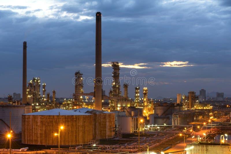 Öl- und Gasraffinerieanlage oder petrochemische Industrie auf Himmelsonnenunterganghintergrund, Fabrik mit Abend, Gasspeicher-Ber stockfotografie