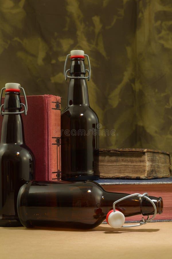 Ölbrygdflaskor royaltyfri foto