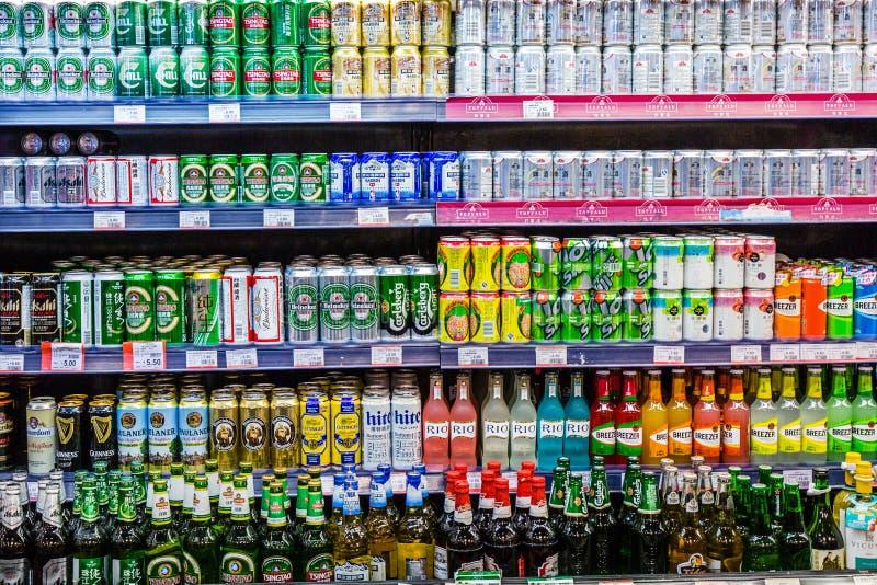 Ölburkar i supermarkethylla fotografering för bildbyråer