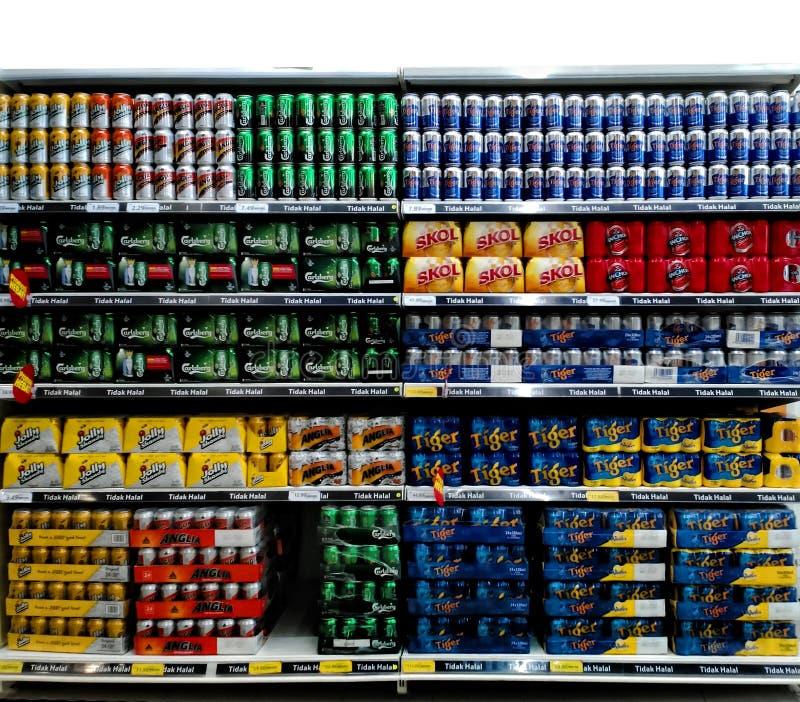 Ölburkar på supermarkethylla royaltyfria foton