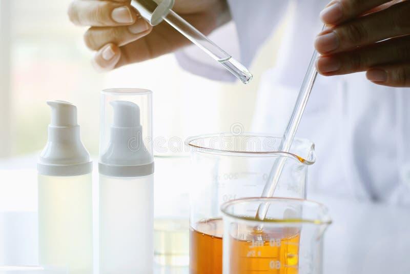 Ölen Sie das Gießen, Ausrüstung und die Wissenschaftsexperimente und die Chemikalie für Medizin formulieren stockfoto
