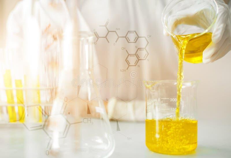 Ölen Sie das Gießen und die Chemikalie für Medizin formulieren, die Laborforschung und Flüssigkeit zum Reagenzglas fallenlassen stockfoto