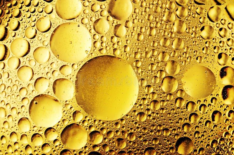 Ölen Sie Tropfen auf dem Wasser stockbilder