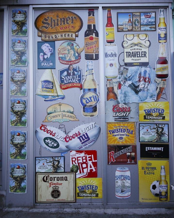 Öletiketter på väggen i Brooklyn fotografering för bildbyråer