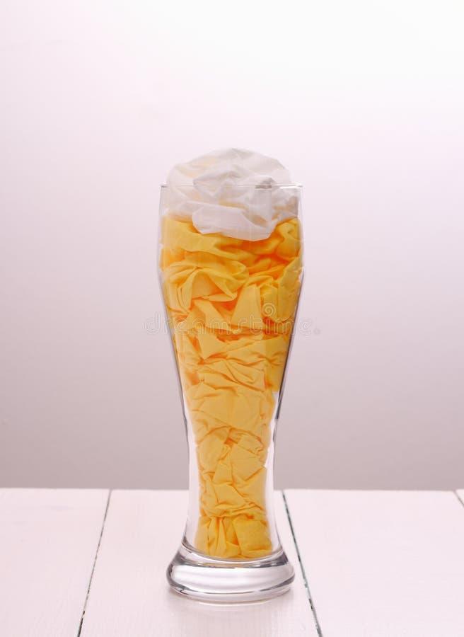 Ölexponeringsglas fyllde med pappers- servetter som dekorativa royaltyfria bilder