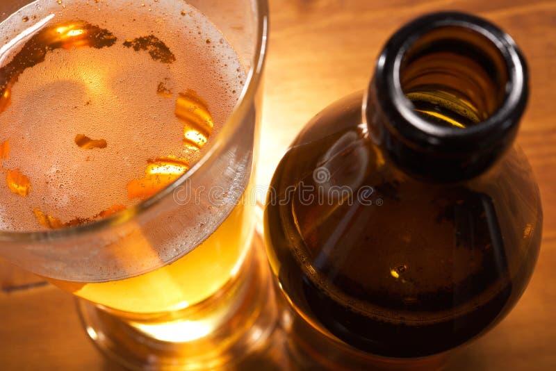Ölexponeringsglas med ölflaskan royaltyfria bilder