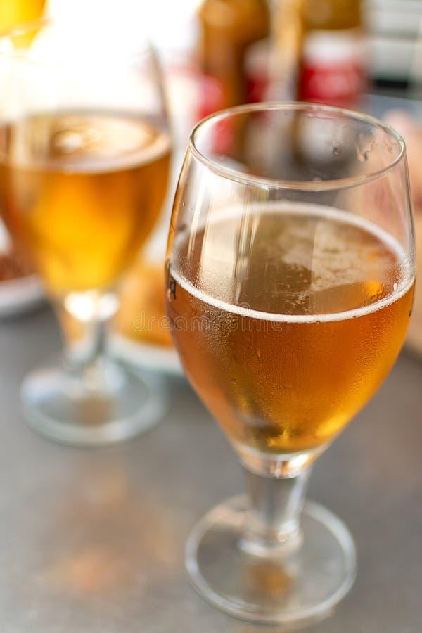 Ölexponeringsglas med plattor som ska ätas arkivbilder