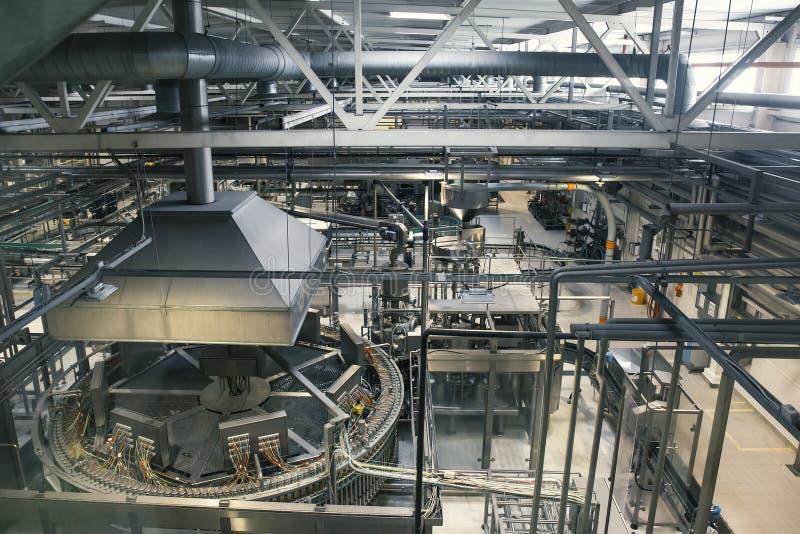 Ölfabrik med många industriella maskiner, bryggeriproduktiontillverkning arkivfoton