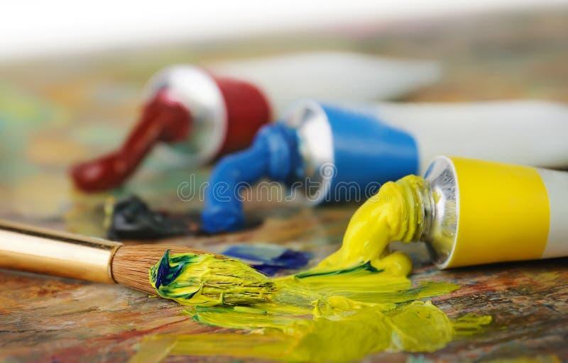 Ölfarbe Gefäße und painbrush lizenzfreie stockfotos