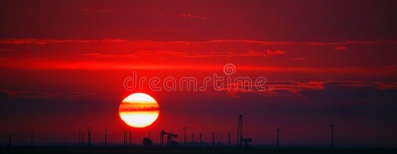 Ölfeld ein Profil erstellt auf rotem Sonnenuntergang stockfotos
