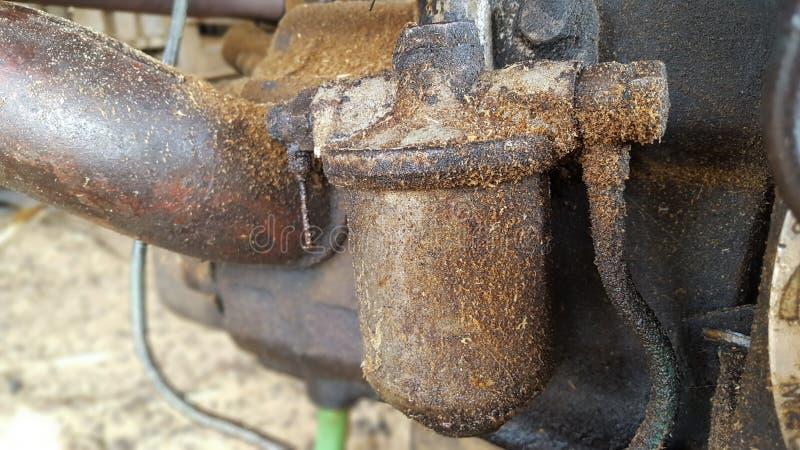 Ölfilter auf einem Dieselmotor stockbilder
