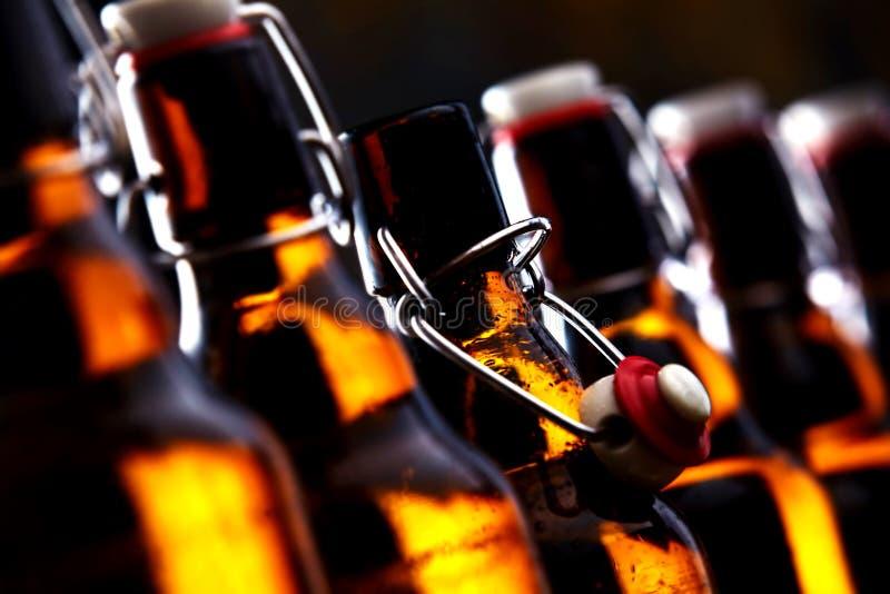 Ölflaskor med proppar som glöder i mörkret arkivbilder