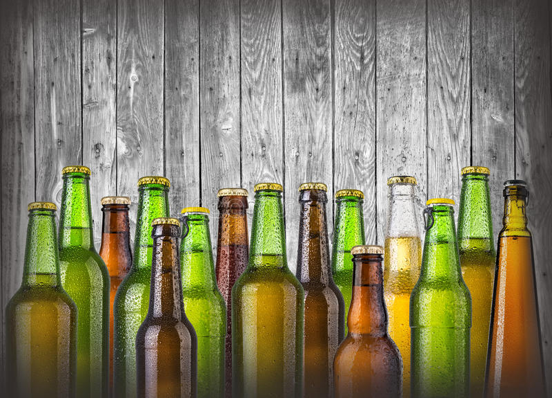 Ölflaskor på trä arkivbild