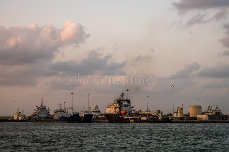 ÖlFrachtschiffe angekoppelt bei Zayed Port, Abu Dhabi lizenzfreie stockbilder