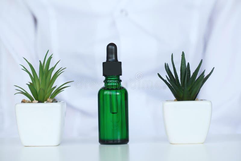 Ölgießen, Ausrüstung und Wissenschaftsexperimente, die Chemikalie für Medizin formulierend, organisches pharmazeutisches stockbilder