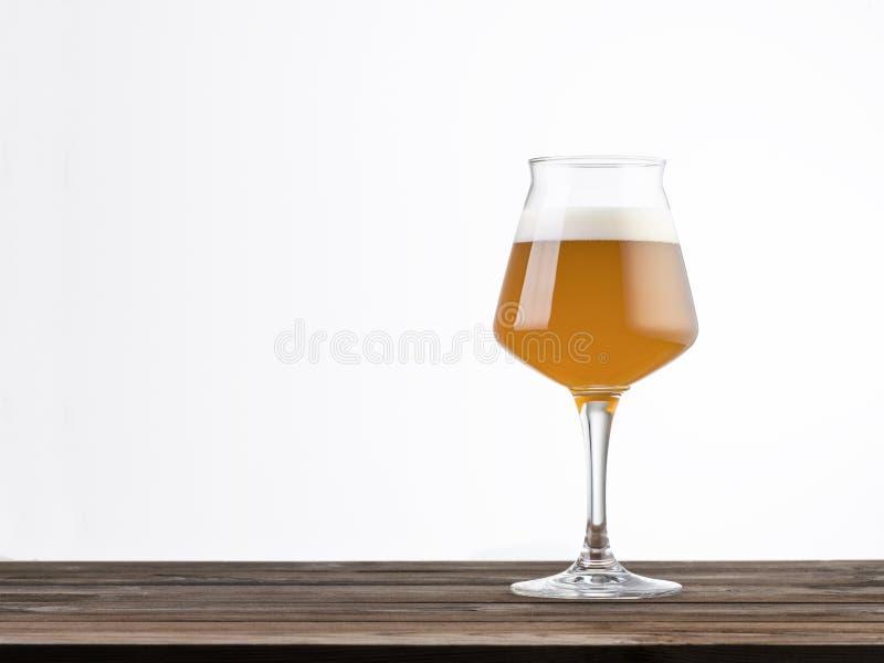 Ölglas på ett träbord som är isolerat på vit bakgrund royaltyfria foton