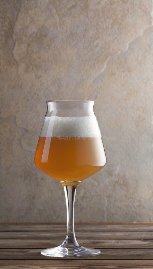 Ölglas på träbord royaltyfria foton
