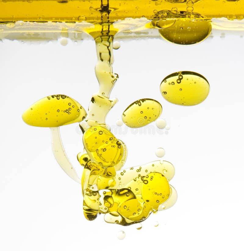 Ölivenöl im Wasser lizenzfreie stockfotos