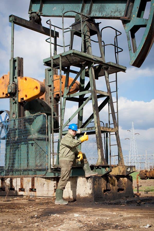 Ölkonzernarbeitskraft auf der Vertiefung lizenzfreies stockfoto