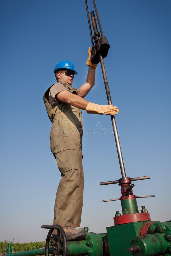 Ölkonzernarbeitskraft auf der Vertiefung lizenzfreie stockbilder