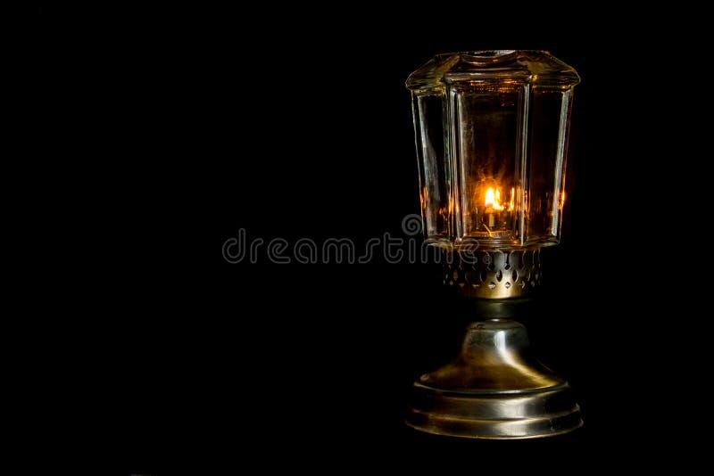 Öllampe auf Schwarzem stockfotografie