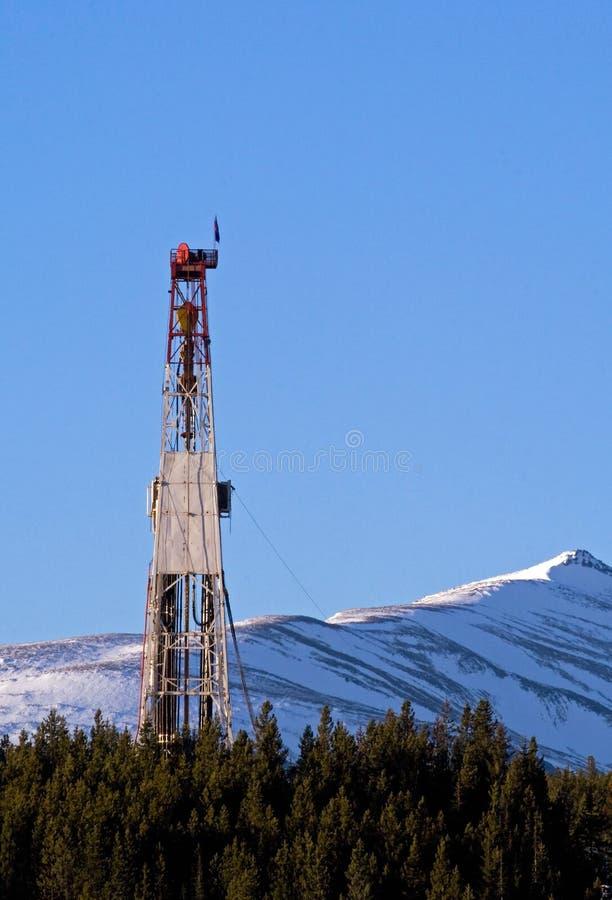 Ölplattform in den Bergen lizenzfreie stockfotos