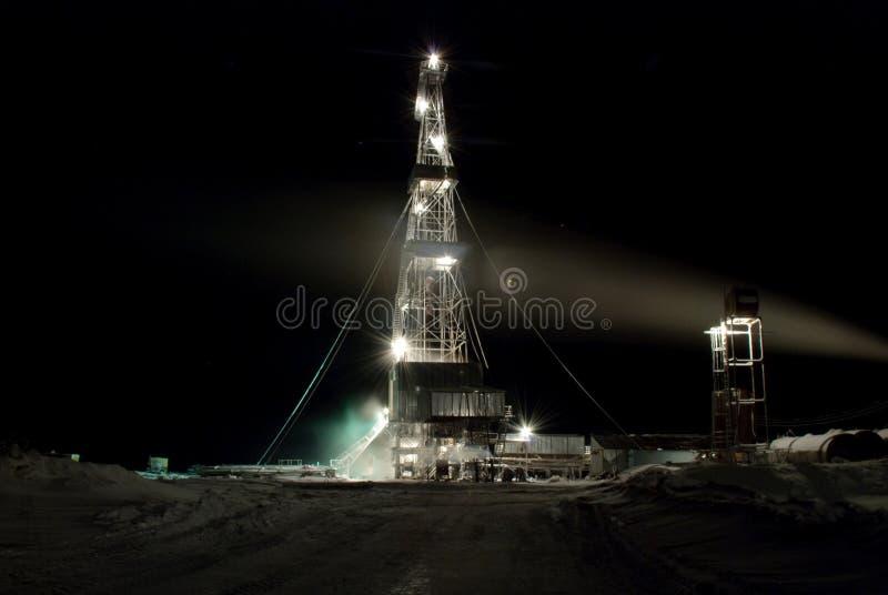 Ölplattform in der Nacht. Winter. lizenzfreie stockfotografie