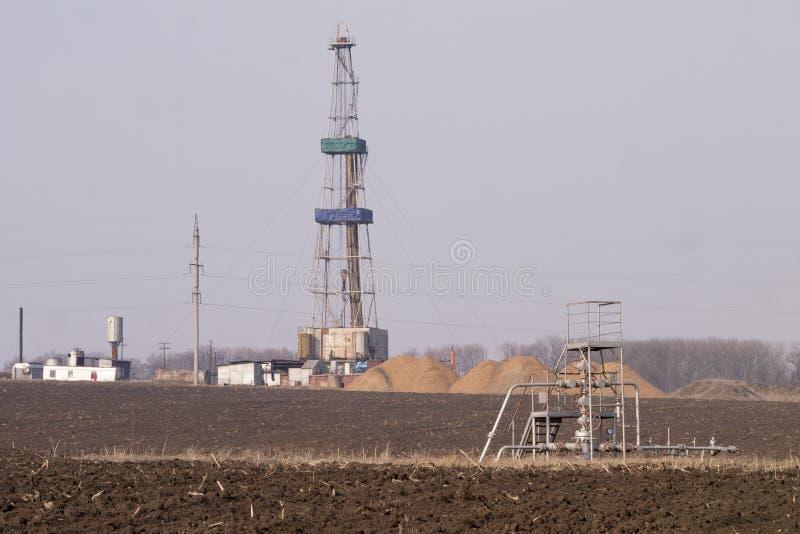 Ölplattform des Landes auf dem Feld stockbild