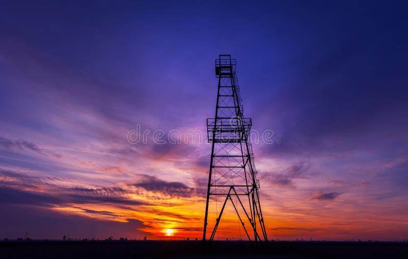 Ölplattform ein Profil erstellt auf drastischem Sonnenunterganghimmel lizenzfreies stockfoto