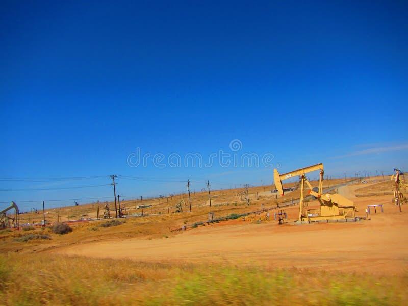 Ölplattform-/Erdölbohrungsausrüstung auf einem Gebiet in einem Kalifornien-Tal lizenzfreie stockbilder