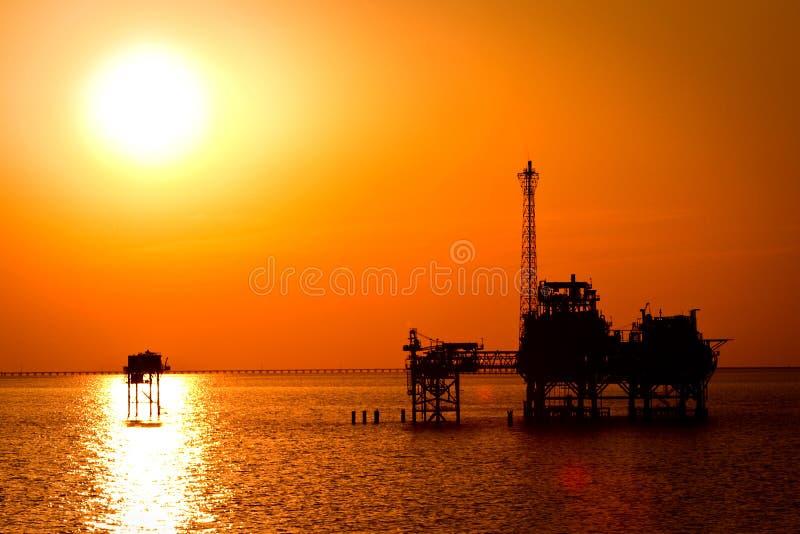 Ölplattform im Sonnenuntergang stockbild