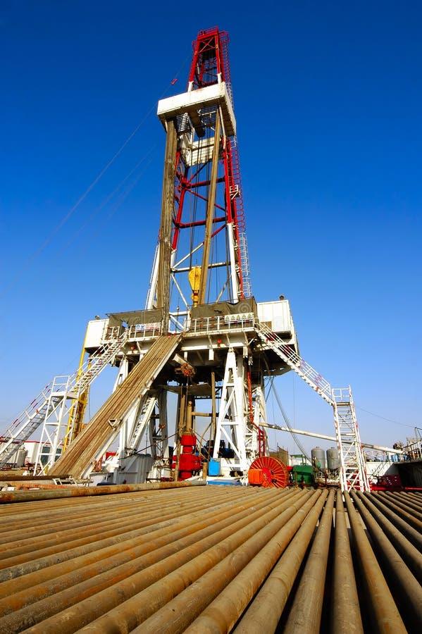Ölplattform mit Bohrgestänge lizenzfreie stockfotos