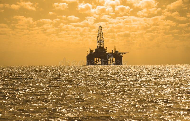 Ölplattform während des Sonnenuntergangs in Caspi stockbild