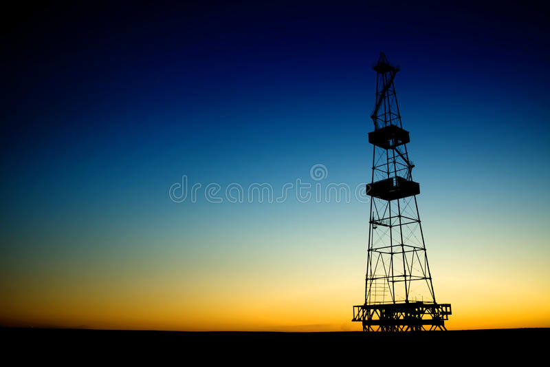 Ölplattformschattenbild über blauem Himmel lizenzfreies stockfoto