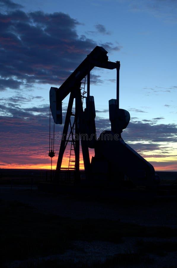 Ölquelle am Sonnenaufgang stockbilder