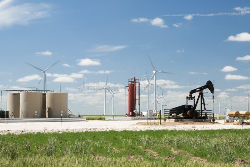 Ölquelle und Windbauernhof lizenzfreie stockfotos