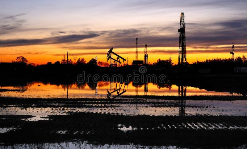 Ölquellen und bohrender Kontrollturm lizenzfreie stockfotografie