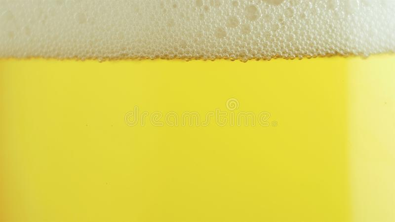 Ölskumflöden down en glass Oktoberfest arkivbild