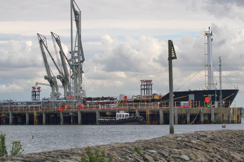 Öltanker festgemacht für die Entleerung lizenzfreies stockfoto