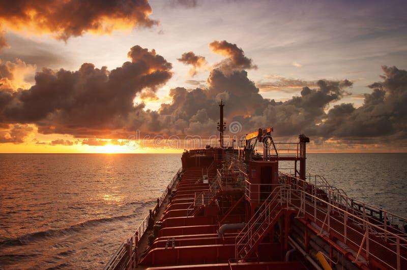Öltanker in hoher See während des Sonnenuntergangs lizenzfreies stockbild