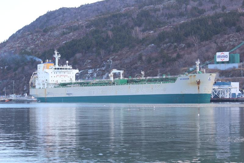 Öltanker im Kanal stockfotografie