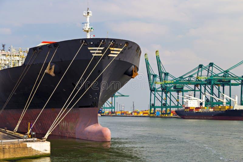 Öltanker machte nahe einem Ölsilo im Hafen von Antwerpen fest stockbild