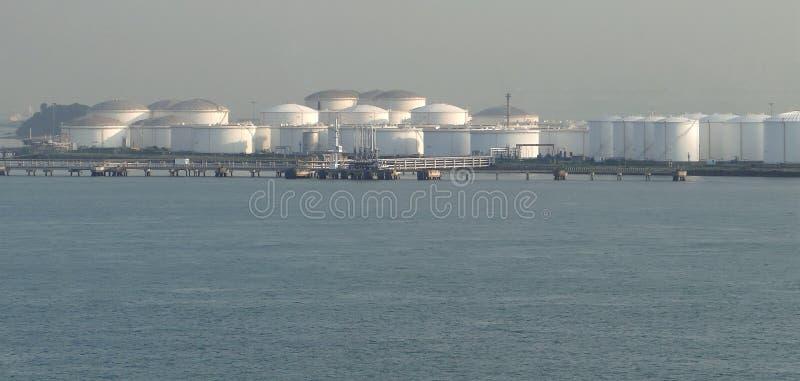 Öltanker, wenn sie Öltank entladen, ölen ununterbrochen Flüsse in die Sammelbehälter lizenzfreies stockfoto