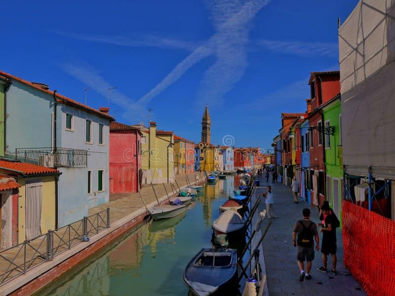 Ön av Burano Italy/26th Juni 2012/Tourist och en lokal wa arkivfoto